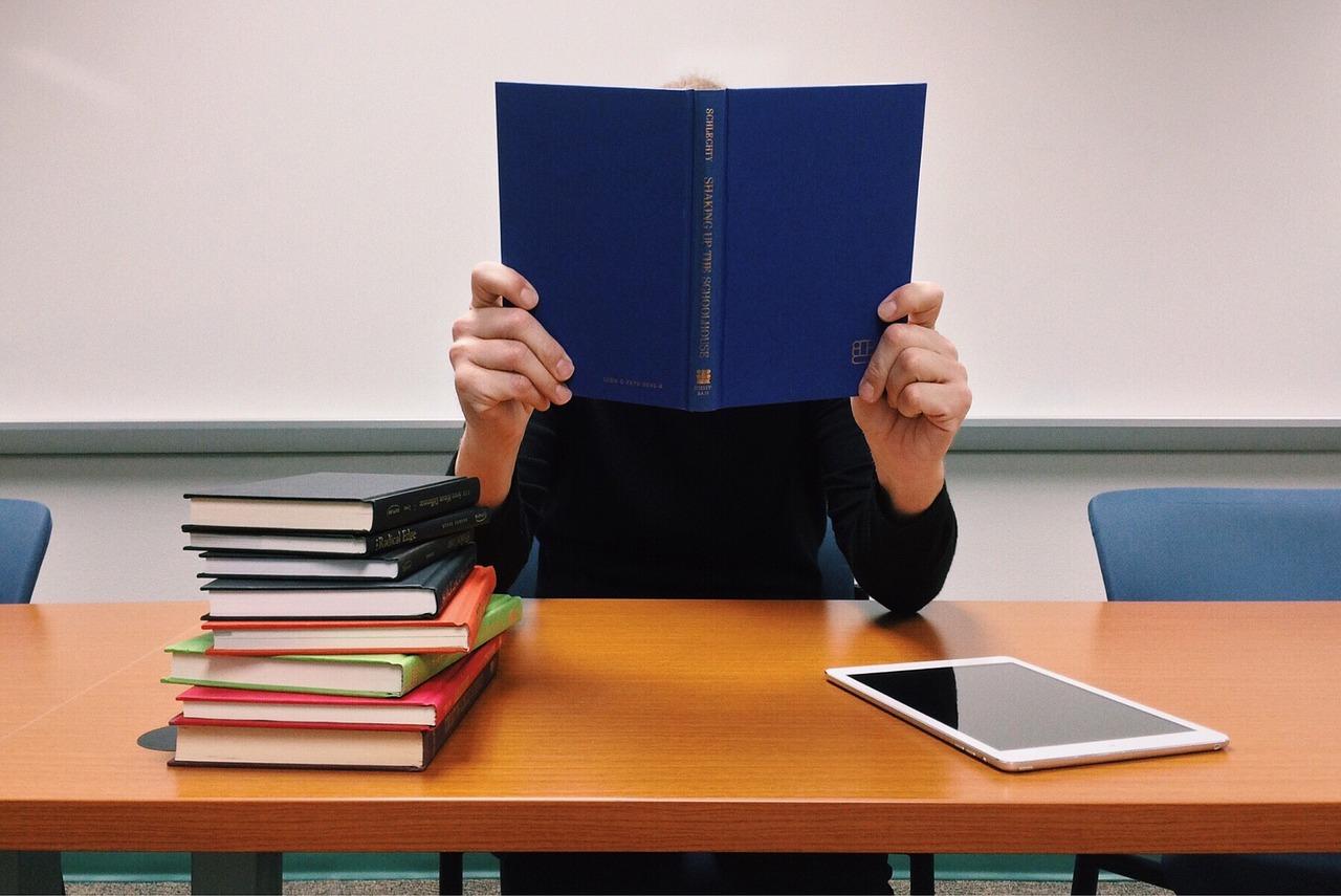 小説のアイデアは知識から生まれる